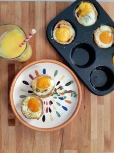 Canasticas de pan, huevos y tocineta.