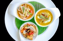 La gastronomía de Tailandia suele ser algo picante pero con una mezcla de sabores y olores. Se caracteriza por su mezcla equilibrada de sabores ácidos, salados, dulces y picantes.