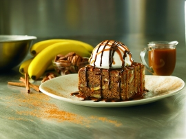 Mini Banana Nut Cake, deliciosa combinación de banana, caramelo, nueces, almendras y rico helado de vainilla, el cual vendrá acompañado de un Errazurriz Late Harvest Sauvignon Blanc, de Chile.